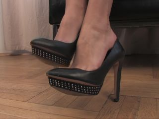 Soles fetish – Noemis World – Brunette with clear toenails
