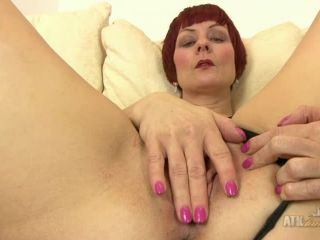 Penny Brooks fingers her sexy milf pussy