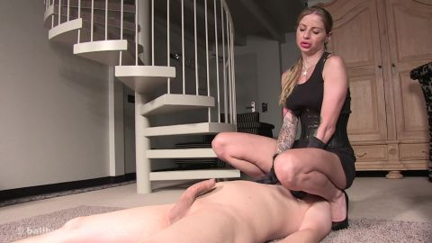 Domina Hera - Facesitting And Ballbusting (1080p)