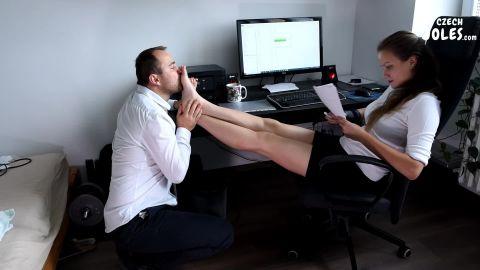 Czech Soles - Boss'S Sexy Daughter Gets Office Foot Worship [FullHD 1080P]